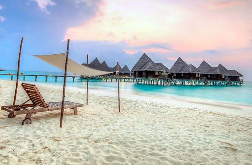 Liegestuhl am Strand vor den Lagoon Villen, Coco Palm Dhuni Kolhu, Malediven