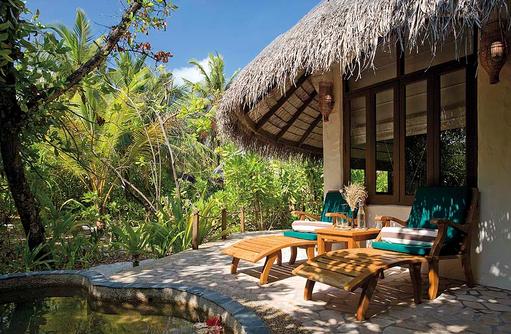 Liegestühle auf der Terrasse einer Deluxe Villa, Coco Palm Dhuni Kolhu, Malediven