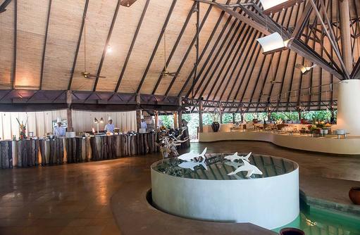 Hauptrestaurant mit Buffet und Live-Cooking, Coco Palm Dhuni Kolhu, Malediven