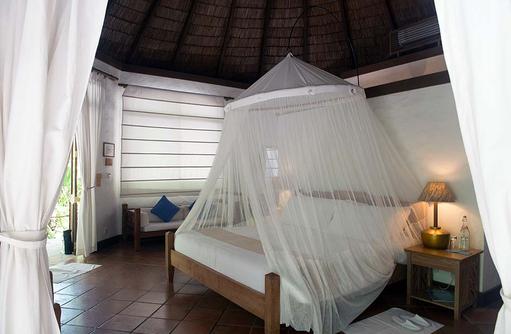 Bett mit Moskitonetz einer Beachvilla, Coco Palm Dhuni Kolhu, Malediven