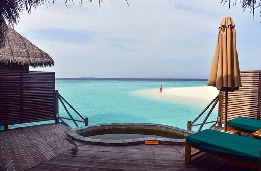 Sonnenterrasse und Plunge Pool einer Lagoon Villa, Coco Palm Dhuni Kolhu, Malediven