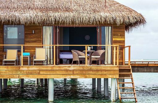 Terrasse mit Treppe ins Meer in der Lagoon Villa, Cocoon Maldives