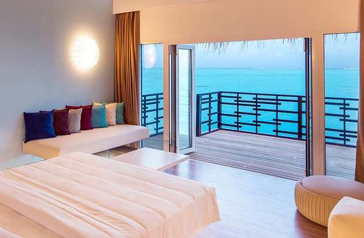 Blick von innen auf die Terrasse der Lagoon Suite, Cocoon Maldives