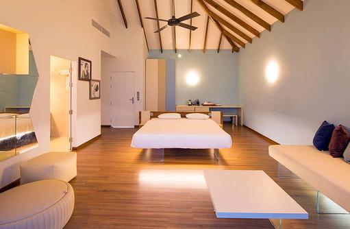 Wohnbereich und Bett der Lagoon Villa, Cocoon Maldives