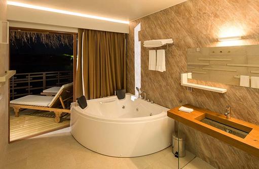 Jacuzzi der Lagoon Suite, Cocoon Maldives