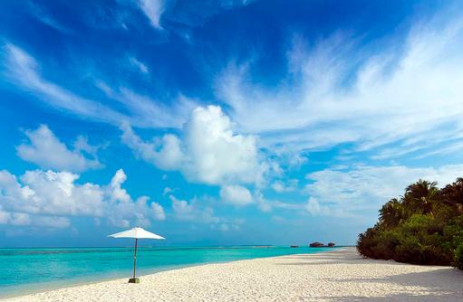 Strand mit Sonnenschirm, Cocoon Maldives