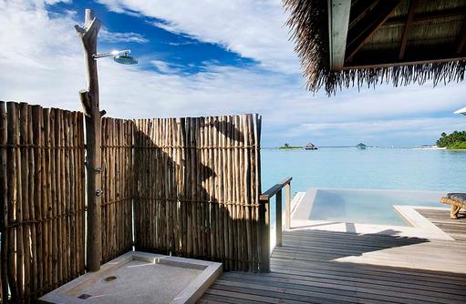 Außendusche in der Water Villa, COMO Maalifushi, Maldives