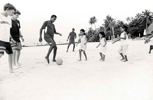 Fussball am Strand für Kinder, COMO Maalifushi, Maldives