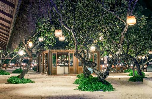 Atoll Market Restaurant, Buffet Restaurant, Garten am Abend, Conrad Maldives Rangali Island, Maldives