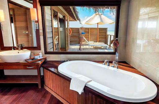 Superior Water Villa, Badezimmer, Badewanne, Conrad Maldives Rangali Island, Maldives
