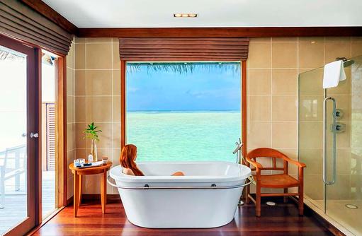 Water Villa, Badezimmer, Baden mit Blick auf das Meer, Conrad Maldives Rangali Island, Maldives