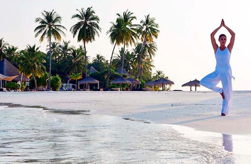 Sonnengruß am Strand, Yoga, Constance Halaveli Resort, Maldives