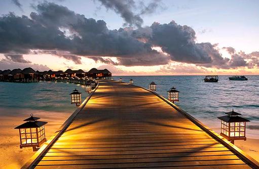 Beleuchteter Steg zu den Water Villas, Constance Halaveli Resort, Maldives