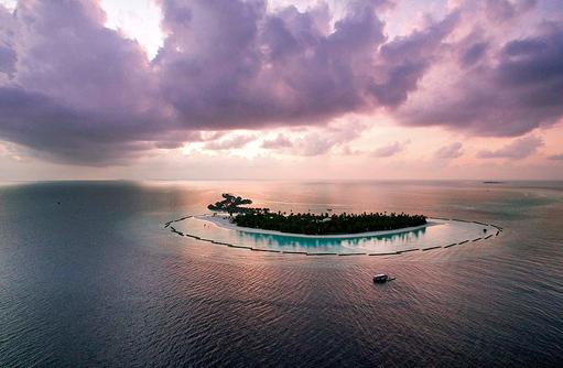 Blick auf die Insel bei Dämmerung, Constance Halaveli Resort, Maldives