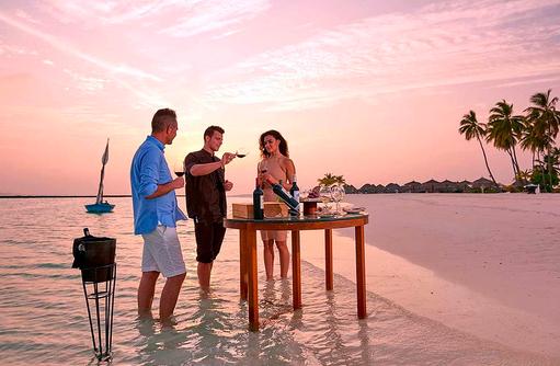 Weinprobe am Strand bei Dämmerung, Constance Halaveli Resort, Maldives
