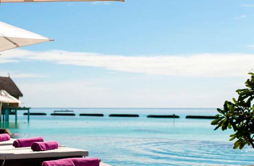 Liegestühle am Pool, Constance Moofushi Resort, Malediven