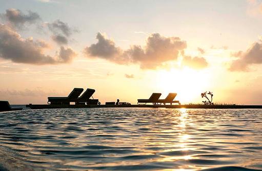 Sonnenuntergang, Hauptpool, Constance Moofushi Resort, Malediven