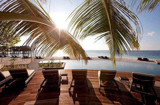 Liegestühle am Hauptpool, Constance Moofushi Resort, Malediven