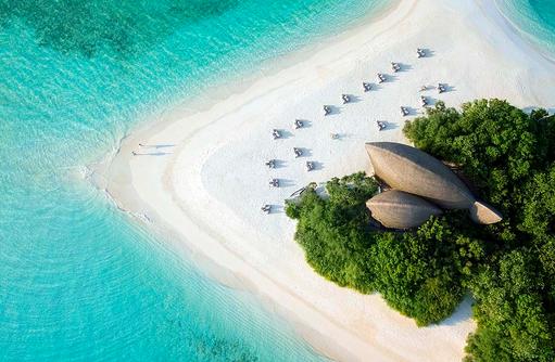 Blick auf den weißen Sandstrand, Dhigali Maldives