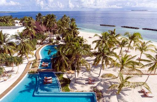 Pool und Strand mit Palmen, Dhigali Maldives