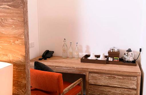 Schreibtisch mit Kaffee und Tee in der Semiwater Villa, Dhigufaru Island Resort