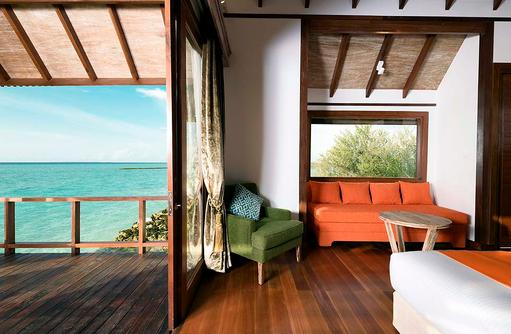 Daybed in der Semiwater Villa, Dhigufaru Island Resort