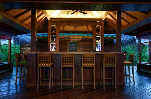 Tresen in der Thundi Pool Bar, Dhigufaru Island Resort