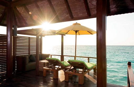 Sonnendeck der Semiwater Villa, Dhigufaru Island Resort