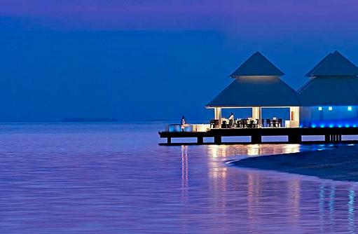 Thari Over Water Restaurant bei Nacht, Diamonds Athuruga Beach & Water Villas, Maldives