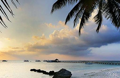 Strand bei Sonnenuntergang, Diamonds Athuruga Beach & Water Villas, Maldives