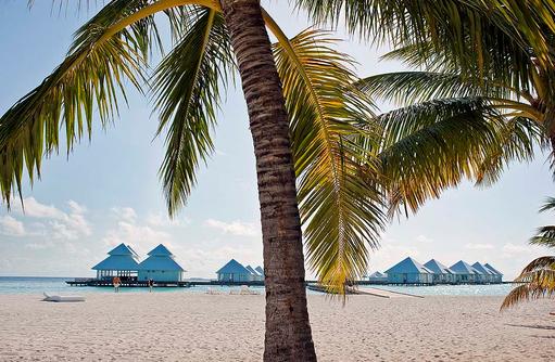 Blicj vom Strand auf Water Villas, Diamonds Athuruga Beach & Water Villas, Maldives