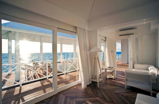 Water Villa, Blick vom Schlafzimmer auf die Sonnenterrasse, Diamonds Thudufushi Island Resort, Maldives