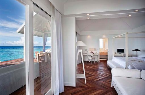 Water Villa, Wohn und Schlafbereich, Sonnenterrasse, Diamonds Thudufushi Island Resort, Maldives