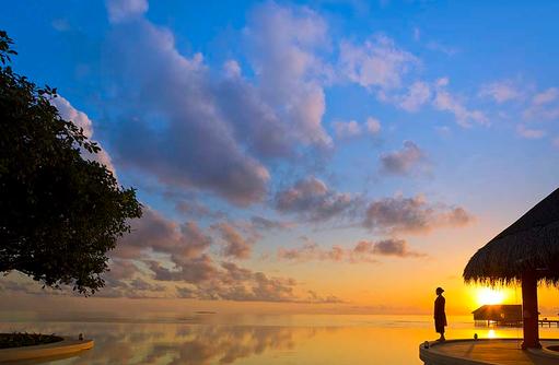 Hauptpool im Sonnenuntergang, Dusit Thani Maldives