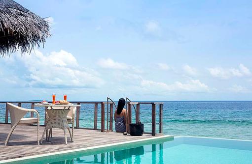 Two Bedroom Ocean Pavilion, Cocktail auf dem Sonnendeck, Dusit Thani Maldives