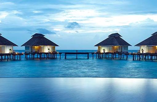 Pool und Water Bungalows bei Dämmerung, Ellaidhoo Maldives by Cinnamon