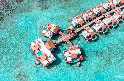 Vogelperspektive auf den Steg mit den Wasservillen, Emerald Maldives