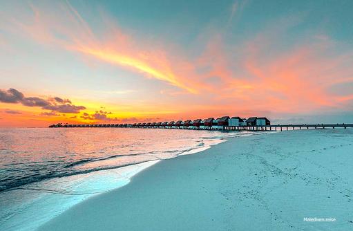 Sonnenuntergang am Steg der Wasservillen, Emerald Maldives