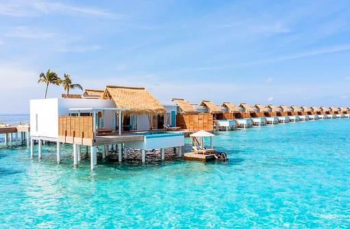 Blick vom Wasser auf die Wasservilla mit Pool, Emerald Maldives