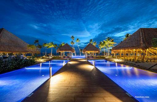 Beleuchteter Steg am Pool, Emerald Maldives