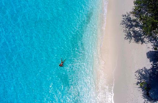 Drohnenaufnahme mit Blick auf den Strand, Emerald Maldives