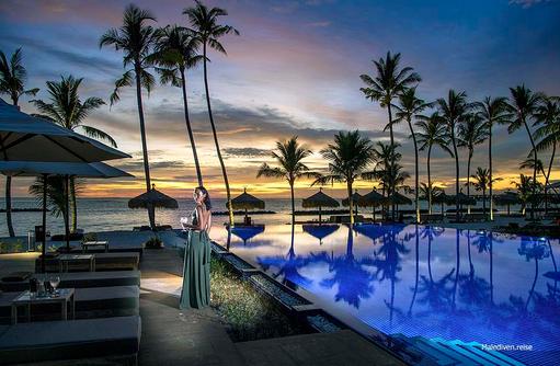 Abendbeleuchtung am Pool, Emerald Maldives