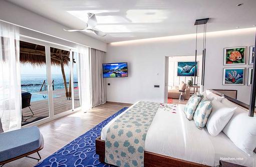 Schlafzimmer mit großzügigem Bett, Emerald Maldives