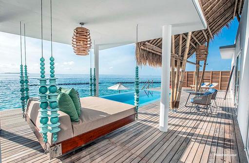 Terrasse mit Daybed in der Superior Wasservilla, Emerald Maldives