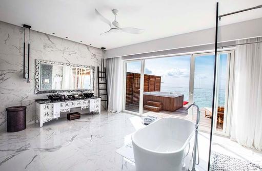 Badezimmer in der Jacuzzi Water Villa, Emerald Maldives