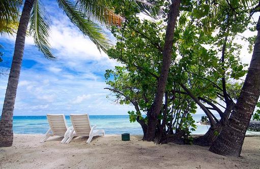Liegestuhl am Strand, Equator Village, Malediven
