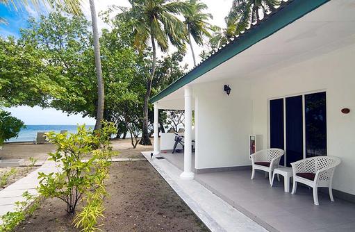 Terrasse, seitlicher Meerblick, Equator Village, Malediven