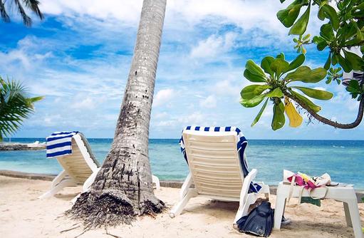 Liegestuhl unter Palmen, Equator Village, Malediven