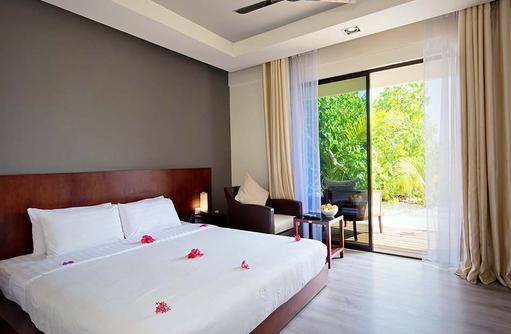 Bungalow, Schlafzimmer, Blick auf die Terrasse, smartline Eriyadu, Maldives