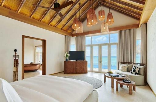 Schlafbereich Water Villa, Fairmont Maldives Sirru Fen Fushi